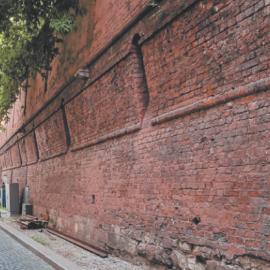 Фрагмент Китайгородской стены за гостиницей «Метрополь»