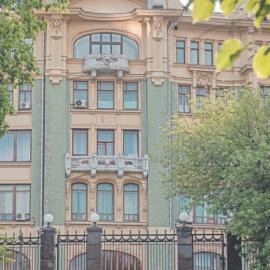 Администрации Президента: парадная лестница и сквер